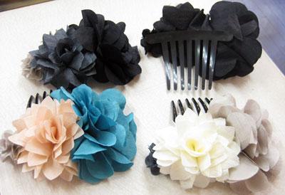 ふわふわお花のヘアーコーム 白・ブルー・グレー・ブラック