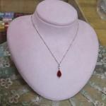 赤いガラスのネックレス